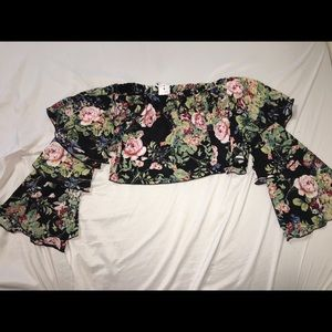 Floral off the shoulders ruffle sleeves crop top.